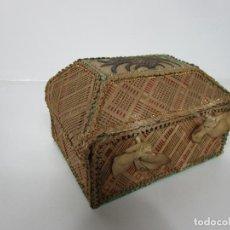 Antigüedades: ANTIGUA CAJA - COFRE - HILO DORADO - PARA GUARDAR ESCAPULARIOS, RELIQUIAS, MEDALLAS - S. XVIII-XIX. Lote 194494430