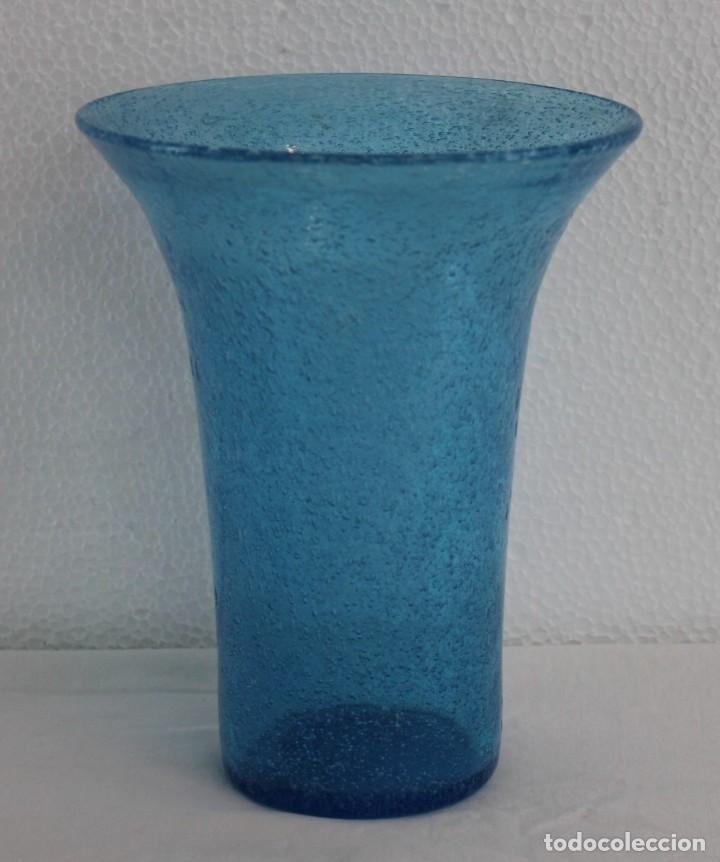 FLORERO EN CRISTAL SOPLADO AZUL CON BURBUJAS - SIGLO XX (Antigüedades - Cristal y Vidrio - Otros)