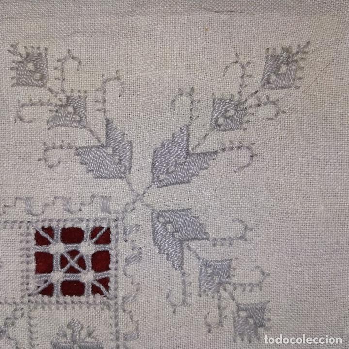 Antigüedades: MANTELERIA DE TÉ O POSTRE. 6 SERVICIOS. LAGARTERA. LINO BORDADO A MANO. ESPAÑA. CIRCA 1950 - Foto 7 - 169674256