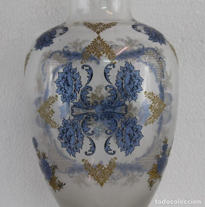 Antigüedades: JARRÓN EN CRISTAL SOPLADO DECORADO CON MOTIVO FLORAL EN AZUL Y DORADO - MEDIADOS SIGLO XX - Foto 2 - 194505317