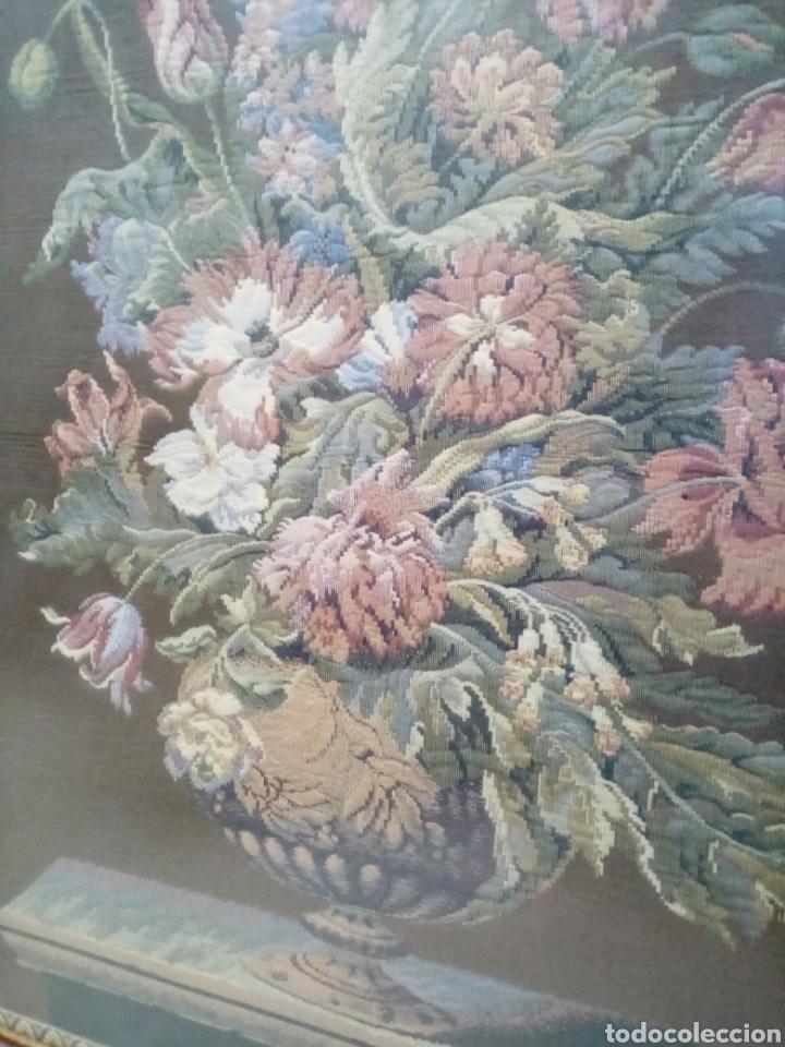 Antigüedades: Bonito tapiz siglo XX. Jarron florero clásico - Foto 2 - 194506037