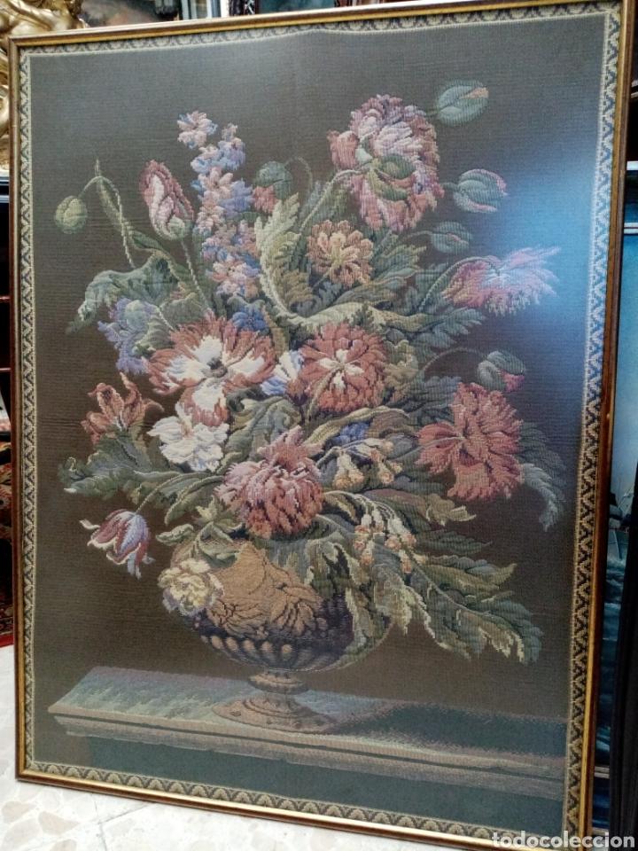 BONITO TAPIZ SIGLO XX. JARRON FLORERO CLÁSICO (Antigüedades - Hogar y Decoración - Tapices Antiguos)