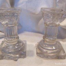 Antigüedades: PAREJA DE ANTIGUAS COLUMNAS PEQUEÑAS DE CRISTAL. ALT. 8 CM. BASE 5 X 5 CM. Lote 194507488