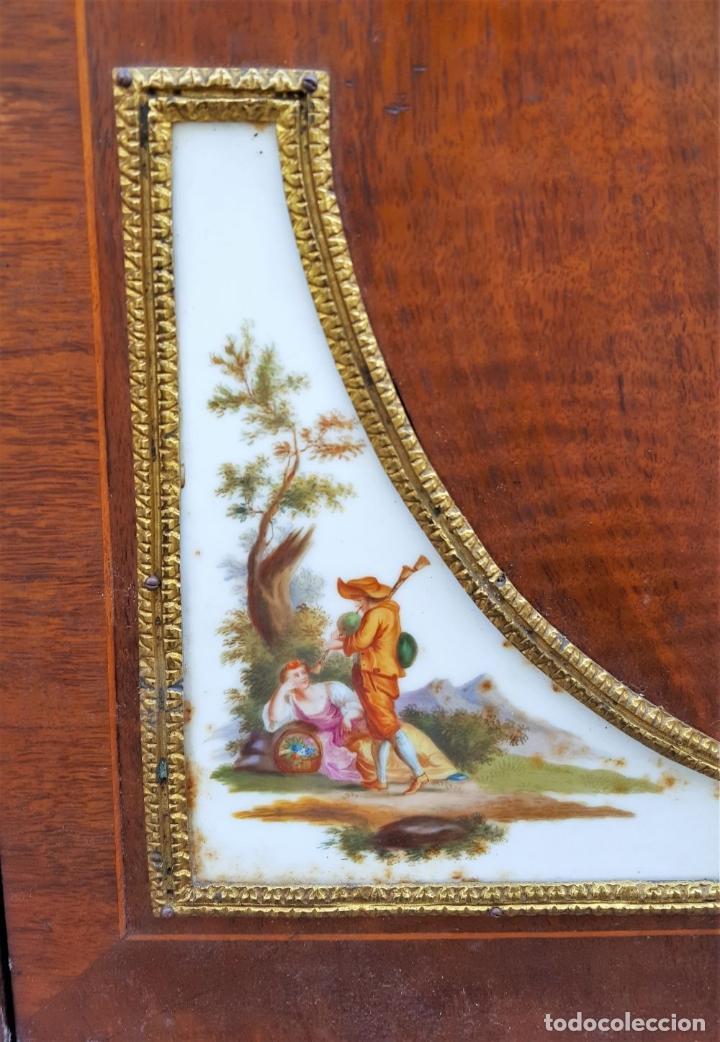 Antigüedades: ENTREDOS. MADERA DE NOGAL. PORCELANA PINTADA A MANO. ESTILO LUIS XVI. ESPAÑA. SIGLO XIX. - Foto 26 - 167923224