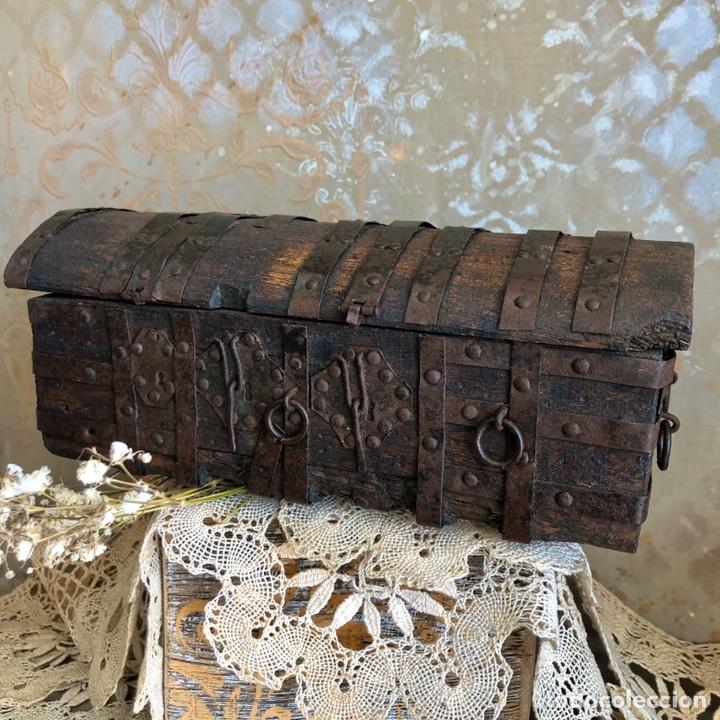 Antigüedades: ANTIGUA ARQUETA, COFRE O PEQUEÑO BAÚL DE MADERA CON HERRAJES - Foto 2 - 194518085
