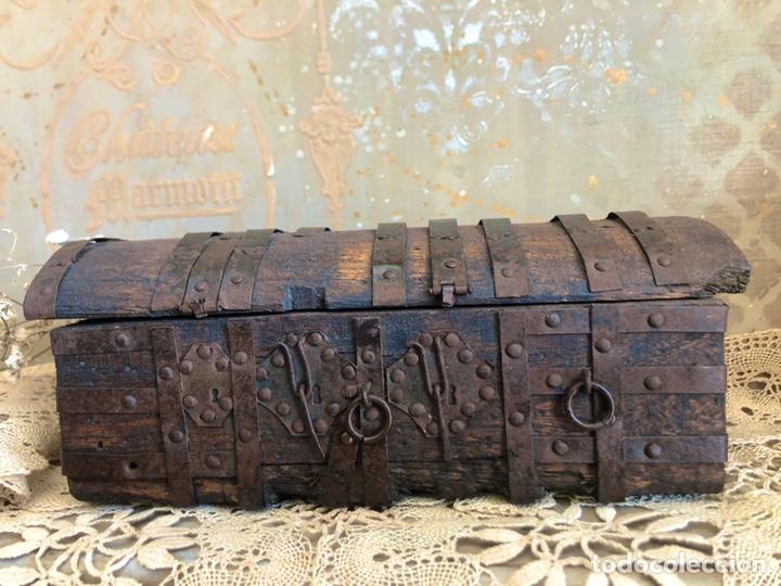 Antigüedades: ANTIGUA ARQUETA, COFRE O PEQUEÑO BAÚL DE MADERA CON HERRAJES - Foto 9 - 194518085