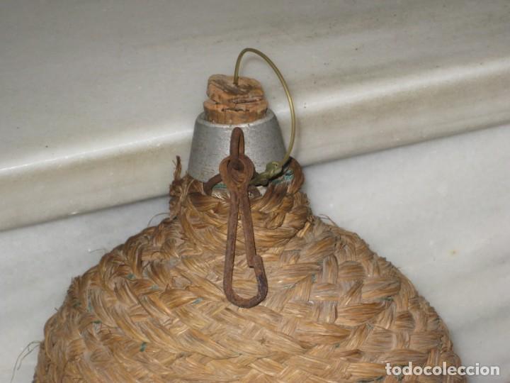 Antigüedades: Antigua cantimplora de aluminio forrada de mimbre. - Foto 3 - 194523401