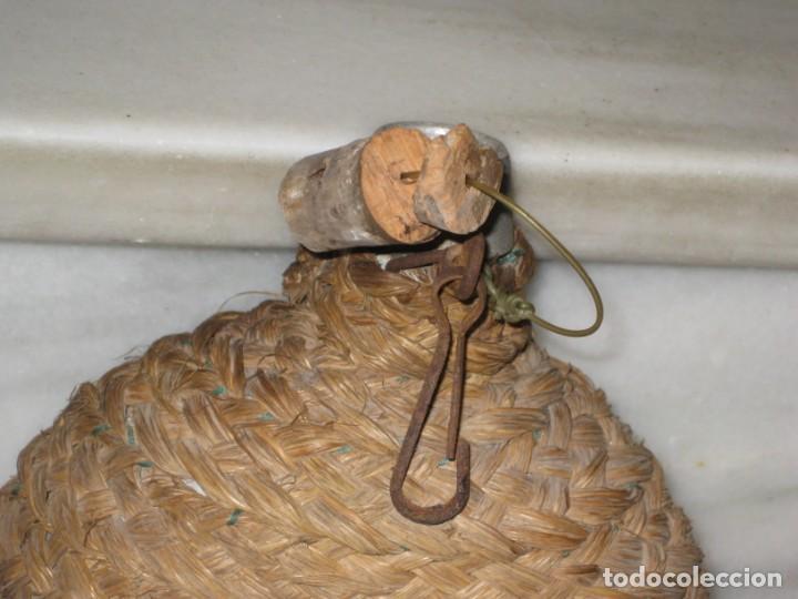 Antigüedades: Antigua cantimplora de aluminio forrada de mimbre. - Foto 4 - 194523401