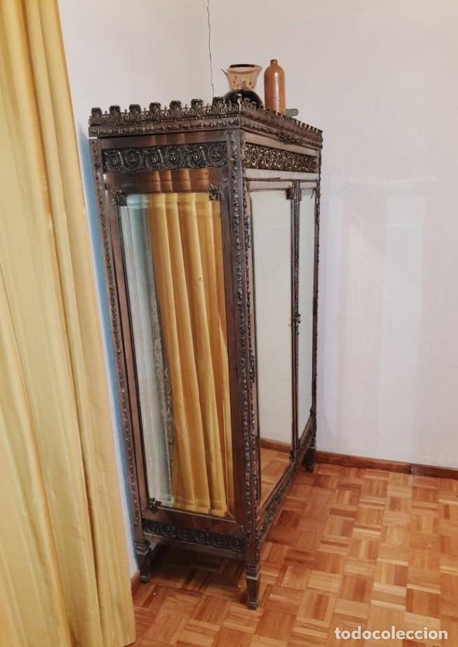Antigüedades: Armario antiguo de metal repujado estilo Luis XVI. Armario antiguo metálico hierro espejos antiguos. - Foto 2 - 194537333