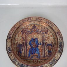 Antigüedades: PRECIOSO GRAN PLATO METÁLICO - MANISES - REY Y PAREJA DE ÁNGELES - DIÁMETRO - 46,5 CM. Lote 194549592