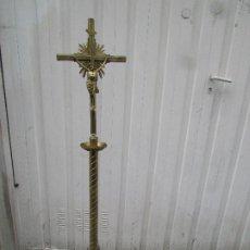 Antigüedades: CRUZ PASCUAL O CRUZ DE ALTAR DE CAPILLA. CENTENARIA. METAL Y BRONCE. 1,81 METROS DE ALTO. Lote 194550855