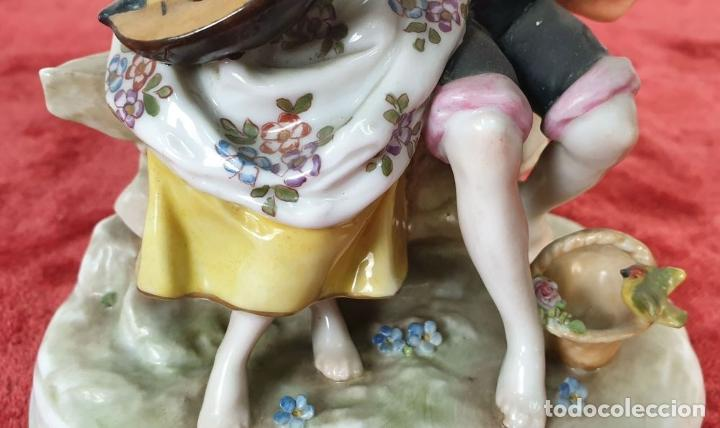 Antigüedades: PAREJA TOCANDO EL LAUD. PORCELANA ESMALTADA. ALEMANIA. SIGLO XIX-XX. - Foto 4 - 194556452