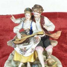 Antigüedades: PAREJA TOCANDO EL LAUD. PORCELANA ESMALTADA. ALEMANIA. SIGLO XIX-XX. . Lote 194556452