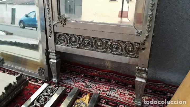 Antigüedades: Armario antiguo de metal repujado estilo Luis XVI. Armario antiguo metálico hierro espejos antiguos. - Foto 6 - 194537333