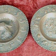Antigüedades: PAREJA DE PLATOS LIMOSNEROS DE COBRE. CINCELADOS A MANO. FIRMADOS FAR. CIRCA 1940. Lote 194558725