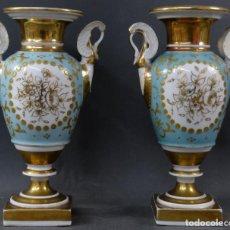 Antigüedades: PAREJA DE JARRONES IMPERIO EN PORCELANA VIEJO PARÍS EN DORADO Y AZUL SEGUNDA MITAD SIGLO XIX. Lote 194600298