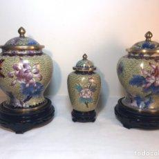 Antigüedades: 3 TIBORES O JARRONES CLOISONNE CON PEANA- CHINA (BRONCE Y ESMALTE). Lote 194603368