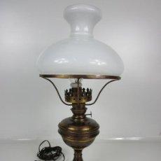 Antigüedades: LÁMPARA DE SOBREMESA - QUINQUE - MARCA MARMEN, PATENTADO - TULIPA DE CRISTAL OPALINA BLANCA. Lote 194603866