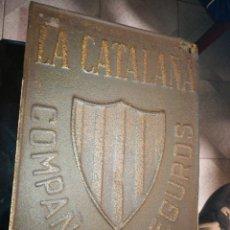 Antigüedades: PLACA HIERRO 18X25 LA CATALANA CIA DE SEGUROS. Lote 194604275
