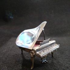 Antigüedades: PIANO EN MINIATURA DE PLATA 925. CON CONTRASTE. Lote 194608661