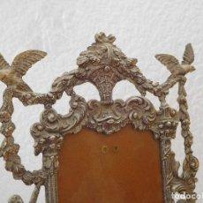 Antigüedades: MARCO DE BRONCE ANTIGUO 10X14( PAREJA DE BAILARINES Y PALOMAS) VER FOTOS.. Lote 194621433