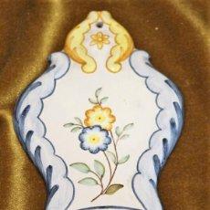 Antigüedades: BENDITERA CERÁMICA BARROCA, ALCORA, CASTELLÓN, 20 X 10 CM, NUMERADA. Lote 194624428
