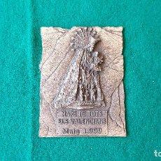 Antigüedades: PLACA DE METAL MARE DE TOTS ELS VALENCIANS (MAYO 1999) HIMNO DE LA VIRGEN EN REVERSO. Lote 194651816