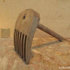 Antigüedades: RASTRILLO PEINE PARA EL LINO . TALLADO EN MADERA. ANTIGUO. Lote 194657403