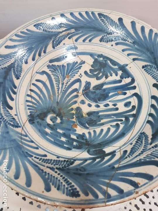 Antigüedades: Gran plato de ceramica de Talavera siglo XVIII de la serie las golondrinas. - Foto 2 - 194667853
