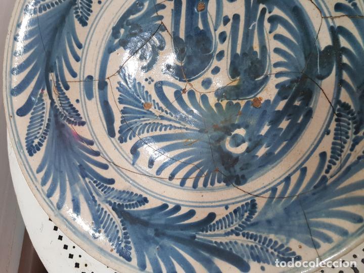 Antigüedades: Gran plato de ceramica de Talavera siglo XVIII de la serie las golondrinas. - Foto 4 - 194667853