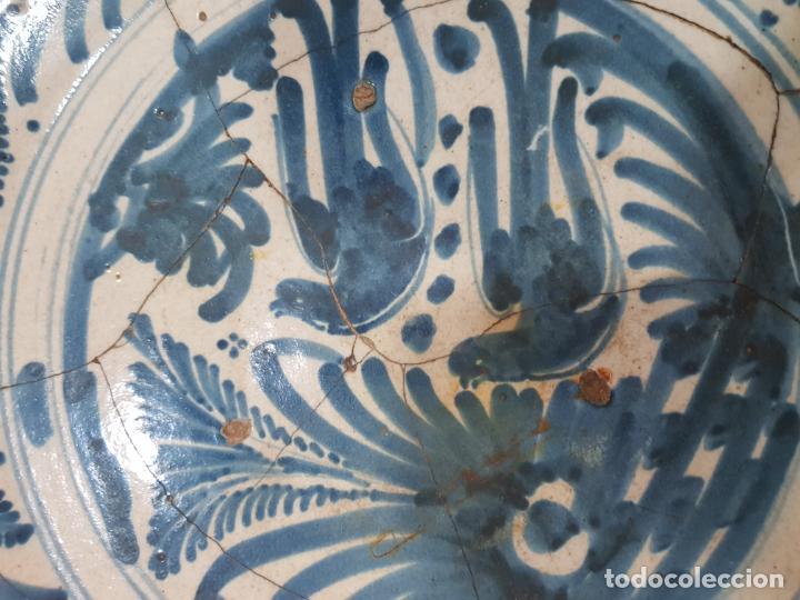 Antigüedades: Gran plato de ceramica de Talavera siglo XVIII de la serie las golondrinas. - Foto 5 - 194667853