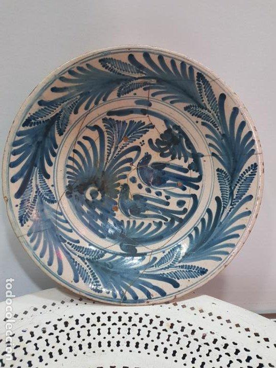 GRAN PLATO DE CERAMICA DE TALAVERA SIGLO XVIII DE LA SERIE LAS GOLONDRINAS. (Antigüedades - Porcelanas y Cerámicas - Talavera)