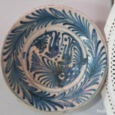 Antigüedades: GRAN PLATO DE CERAMICA DE TALAVERA SIGLO XVIII DE LA SERIE LAS GOLONDRINAS.. Lote 194667853