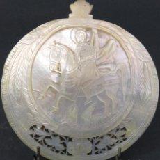 Antigüedades: VENERA CONCHA EN NÁCAR TALLADA SAN JORGE CON EL DRAGÓN Y CALADA BELEN FINALES DEL SIGLO XIX. Lote 194668385