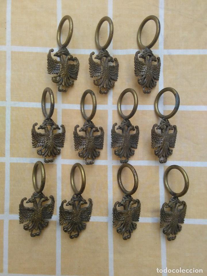 Antigüedades: antiguas anillas con aguila de laton o bronce años 30 o 40 para barra de cortinas - Foto 2 - 194673826