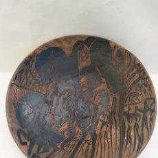 Antigüedades: PLATO CERÁMICA. DOS MUJERES MONTANDO A CABALLO. PEDRO MERCEDES. S.XX. 35.5X8CM. Lote 194687345