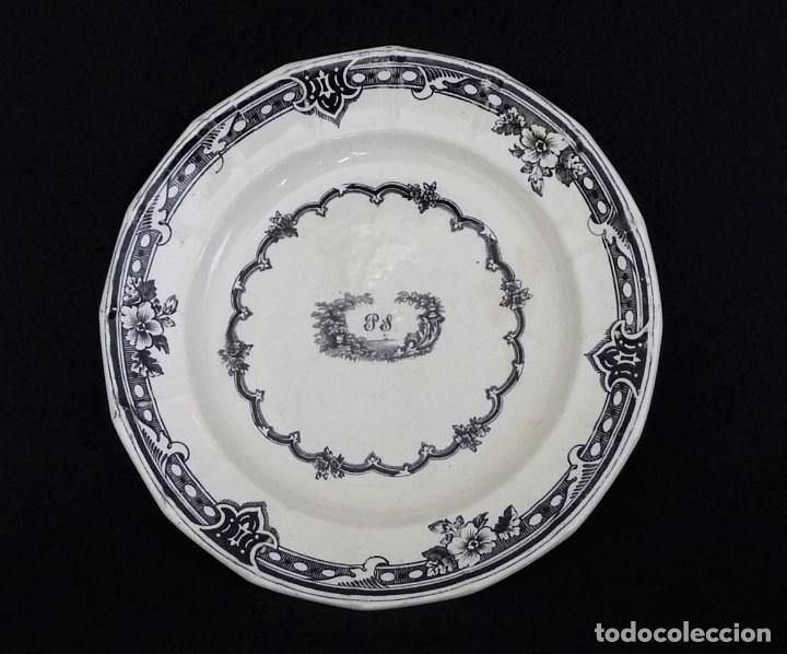 PLATO LLANO GALLONADO, ESTAMPADO CON ¨ORLA DE ROSAS EN CENEFA DE OVAS¨. (Antigüedades - Porcelanas y Cerámicas - Cartagena)