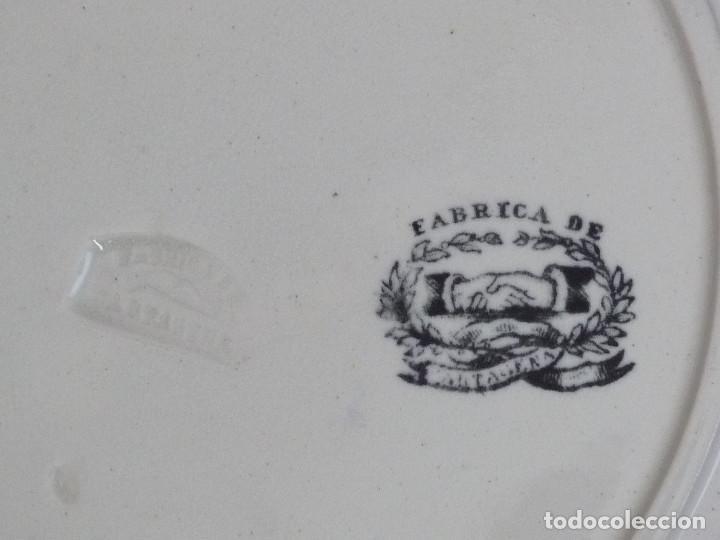 Antigüedades: Plato llano gallonado, estampado con ¨Orla de rosas en cenefa de ovas¨. - Foto 4 - 194688652