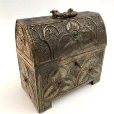 Antigüedades: CAJA - ARQUETA - REALIZADA EN ESTAÑO CON BABUJONES DE COLORES - AÑOS 60. Lote 194699043