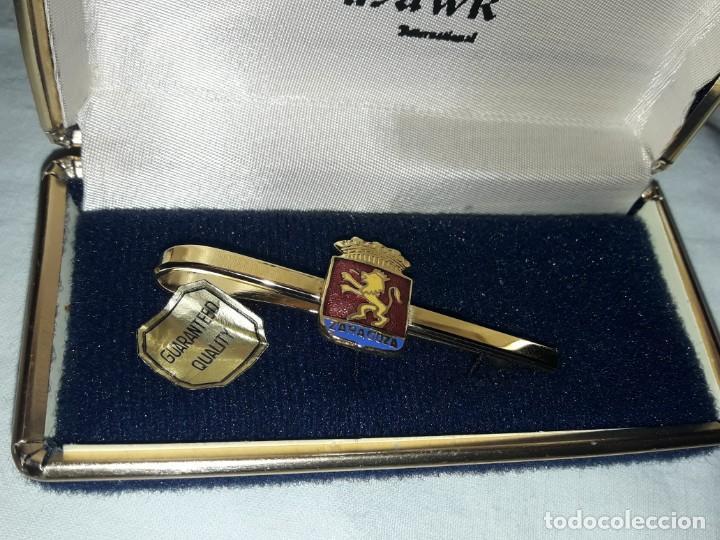 Antigüedades: Bello alfiler o pasador de corbata escudo Zaragoza en su caja baño oro y esmalte marca Inglesa Hawk - Foto 3 - 194699921