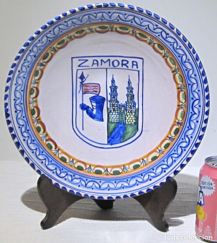 PLATO PORCELANA DECORATIVO TALAVERA. ZAMORA. 29 X 6 CM. (Antigüedades - Porcelanas y Cerámicas - Talavera)
