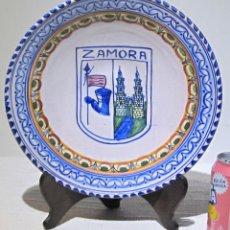 Antigüedades: PLATO PORCELANA DECORATIVO TALAVERA. ZAMORA. 29 X 6 CM. . Lote 194701137