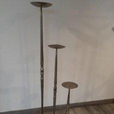 Antigüedades: CANDELABROS PORTAVELAS DE HIERRO. Lote 194704973
