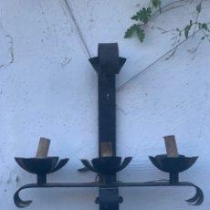 Antigüedades: APLIQUE DE HIERRO NEGRO DE TRES BRAZOS. Lote 194714011