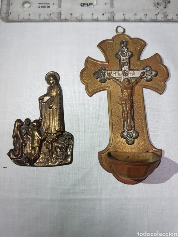 Antigüedades: 2 imágenes de Fátima en su aparición bronce repujado y Cruz con Cristo y pila en latón y cobre - Foto 2 - 194714743