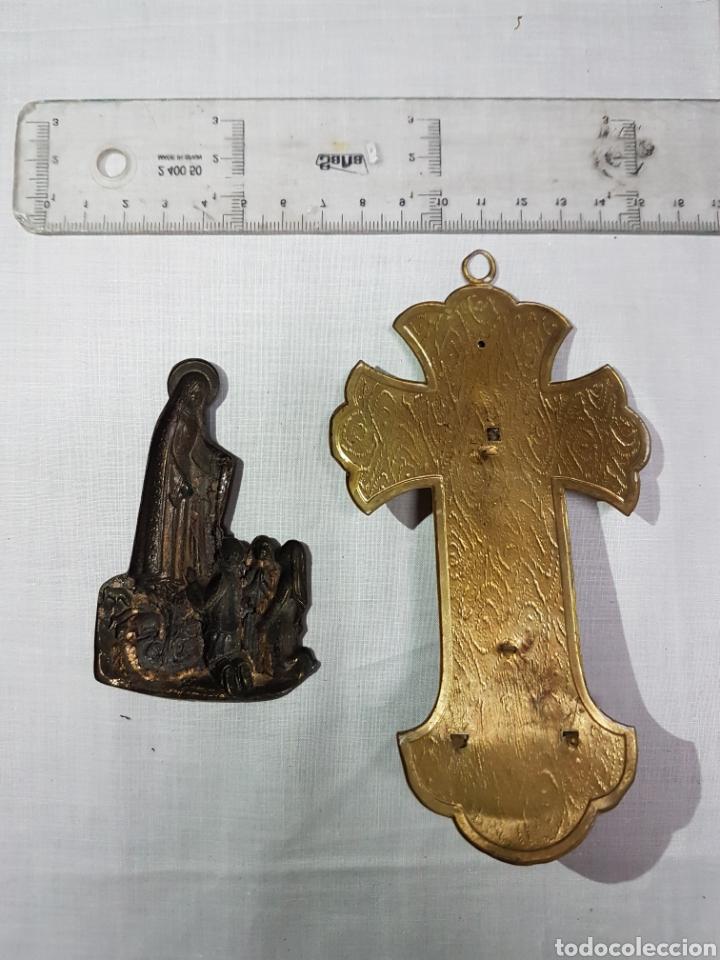 Antigüedades: 2 imágenes de Fátima en su aparición bronce repujado y Cruz con Cristo y pila en latón y cobre - Foto 3 - 194714743