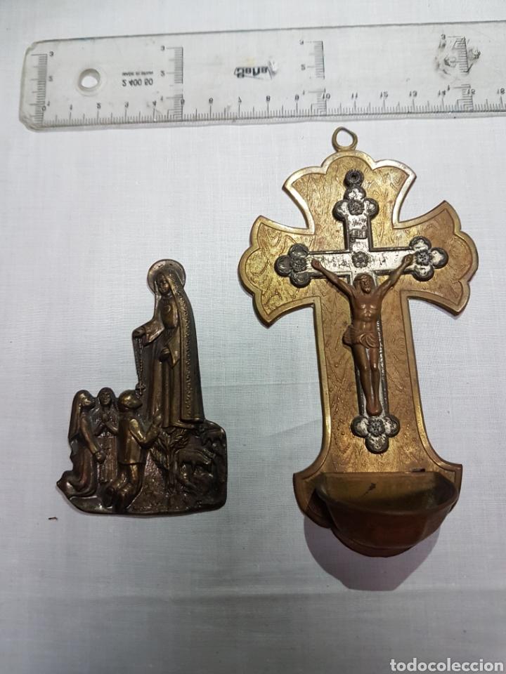 2 IMÁGENES DE FÁTIMA EN SU APARICIÓN BRONCE REPUJADO Y CRUZ CON CRISTO Y PILA EN LATÓN Y COBRE (Antigüedades - Religiosas - Artículos Religiosos para Liturgias Antiguas)