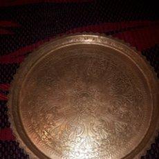 Antigüedades: BANDEJA DE BRONCE CON SOPORTE DE MADERA TALLADA. Lote 194715528