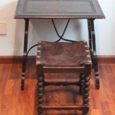 Antigüedades: MESA ANTIGUA ESTILO CASTELLANO, CON TABURETE ASIENTO DE CUERO, 69 X 44 X 56 CM. Lote 194716107