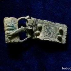 Antigüedades: ANTIGUA HEBILLA REPUJADA MEDIEVAL CON PLACA Y ESCUDO LEON SOBRE ESCUDO. Lote 194717586